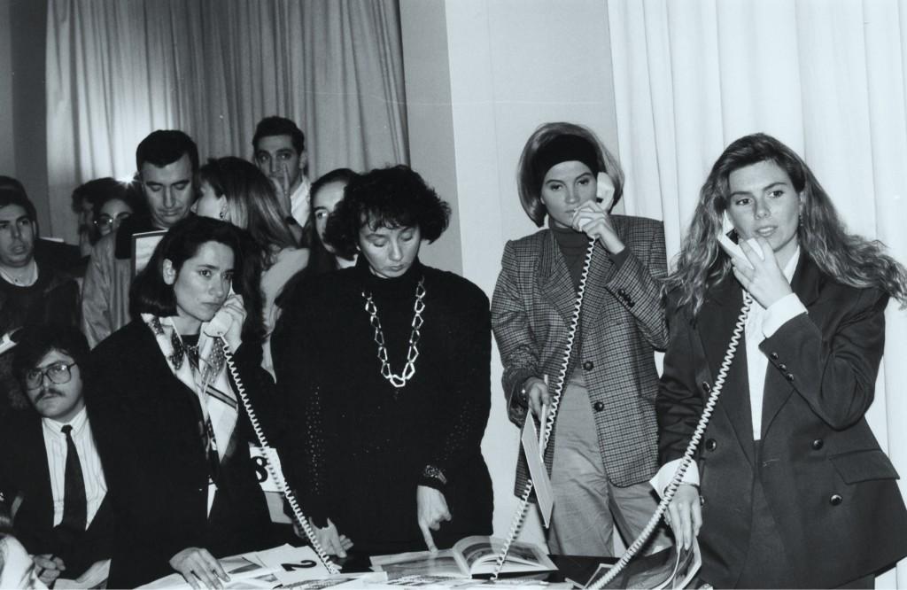 Yıl 1992. Portakal'ın 100 Tablo Müzayedesi'nde yoğun telefon trafiği yaşanıyor.