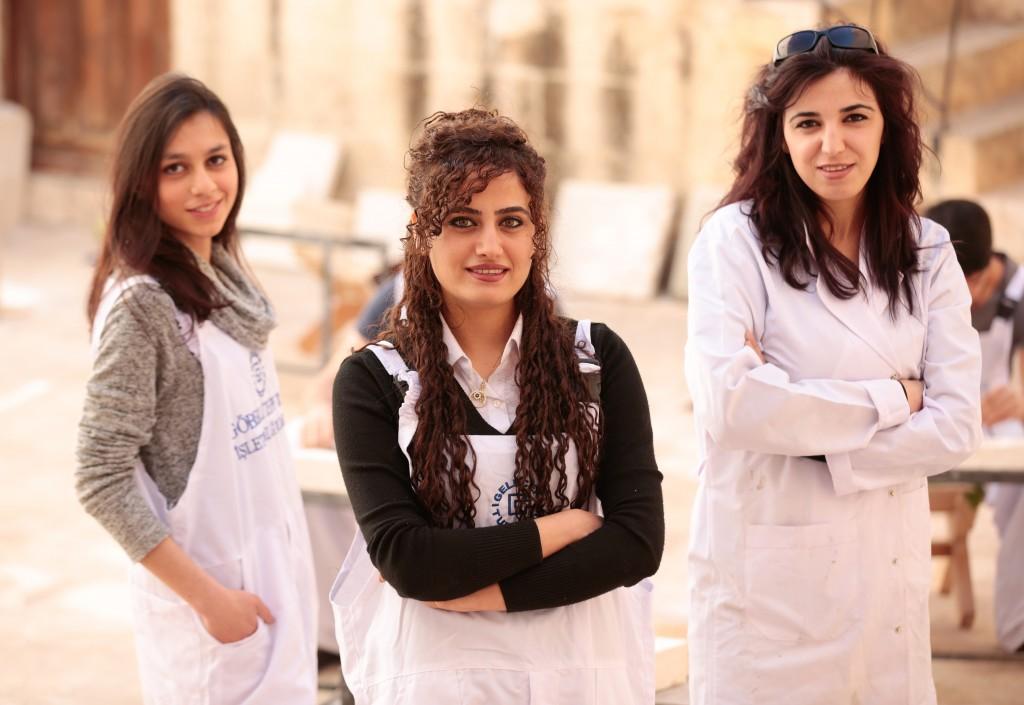 21 kursiyerden 6'sı kadın; onlardan üçü.. Hepsi Harran Üniversitesi son sınıf öğrencileri. Türkan Barut, Sevda Alat, Ayten Durmuş.