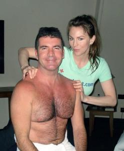 İngiliz televizyon yapımcısı Simon Cowell'ın da göğsünü Dr. Dot sağolsun sayesinde görmüş olduk.