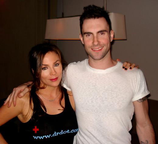 Dr. Dot. Maroon 5 grubunun yakışıklı solisti Adam Levine'a da masaj yapıyor.
