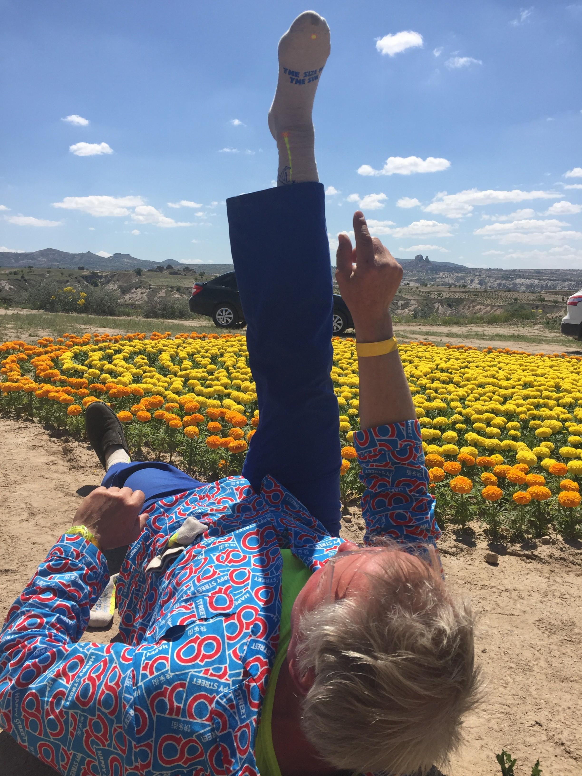 Güneş'in doğuşundaki boyutunu ölçen çorap! Bize bilimadamlarıyla çalıştı falan dediler ama John Körmeling bildiğin sabah yoga yaparken çıkarıp nasıl ölçüm yaptığını (kahkahalarımız arasında) böyle anlattı. Güncel sanat turumuz sırasında sanatı ve sanatçıyı daha çok seviyor, hepimiz o şık çoraptan almak istiyoruz:) Bu arada vadinin ortasındaki sarı ve turuncu çiçekler Güneş'in Dogus ve batışındaki boyutları gösteriyor.