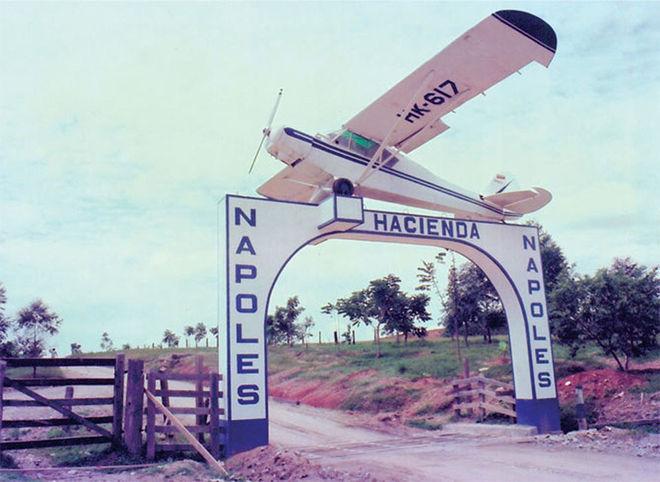 Escobar, ilk uyuşturucu sevkiyatını gerçekleştirdiği uçağı evinin önüne bir hatıra olarak koymuştu!