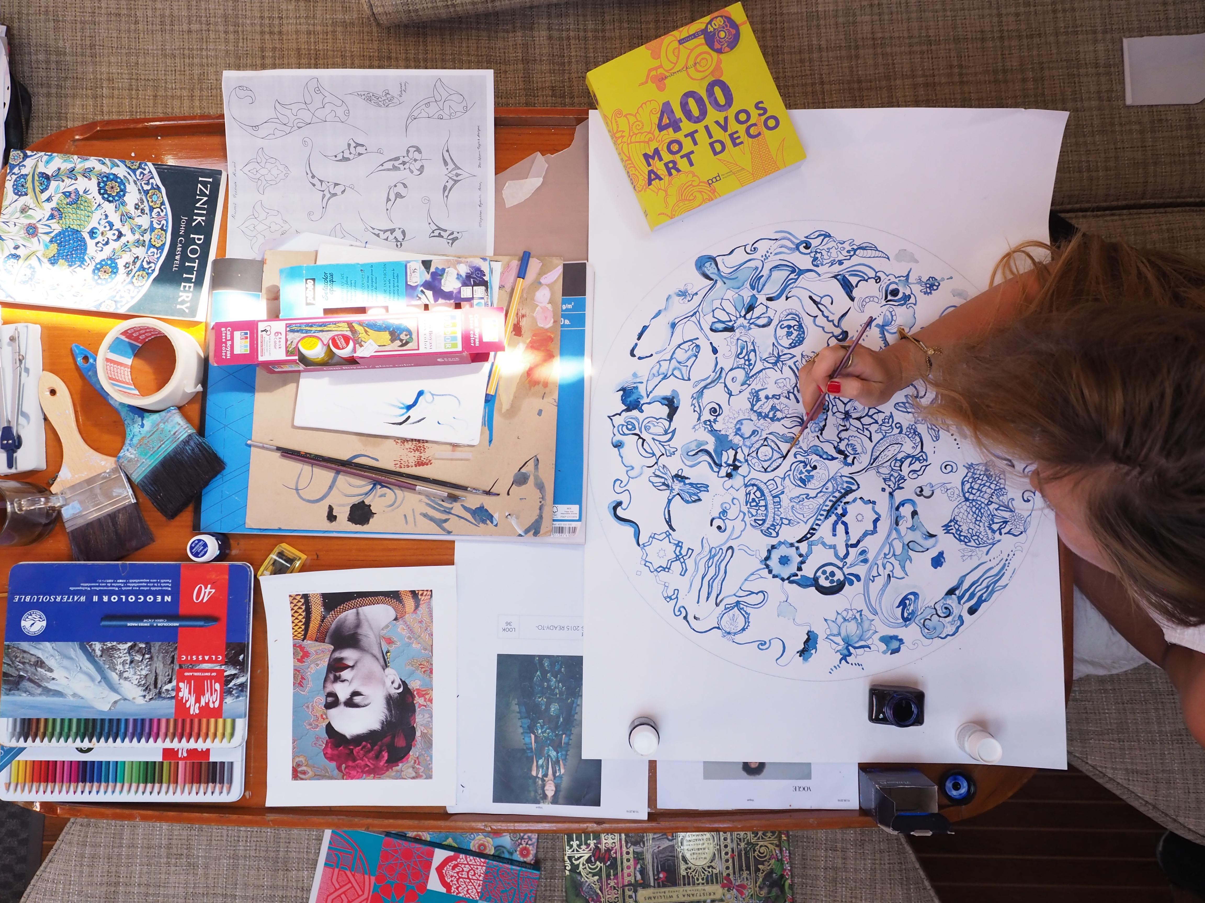 """Teknede çizim yaparken: """"Annem rehber; 7 yaşımdan beri Meksika, Karayip adaları, Malezya, Güney Afrika, Endonezya gibi dünyanın çok farklı yerlerini gezdim. Bilinçaltımda işliyor herhalde"""" Fotoğraf: SİNAN HAMAMSARILAR"""