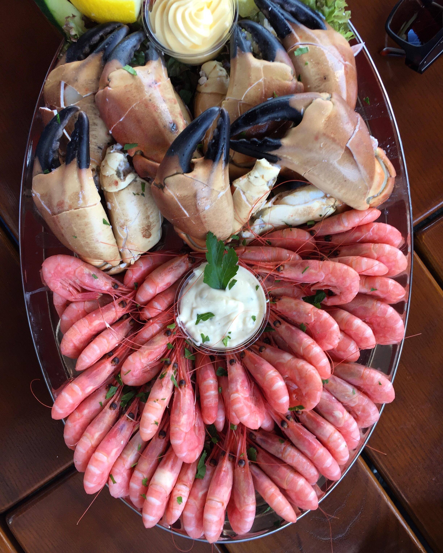 Norveç'in balıkçı kentlerinden Bergen'in meşhur, lezzetli yemekler de yenilebilen balık pazarı Fisketorget'ten bir tabak. Fotoğraf: Nilay Örnek