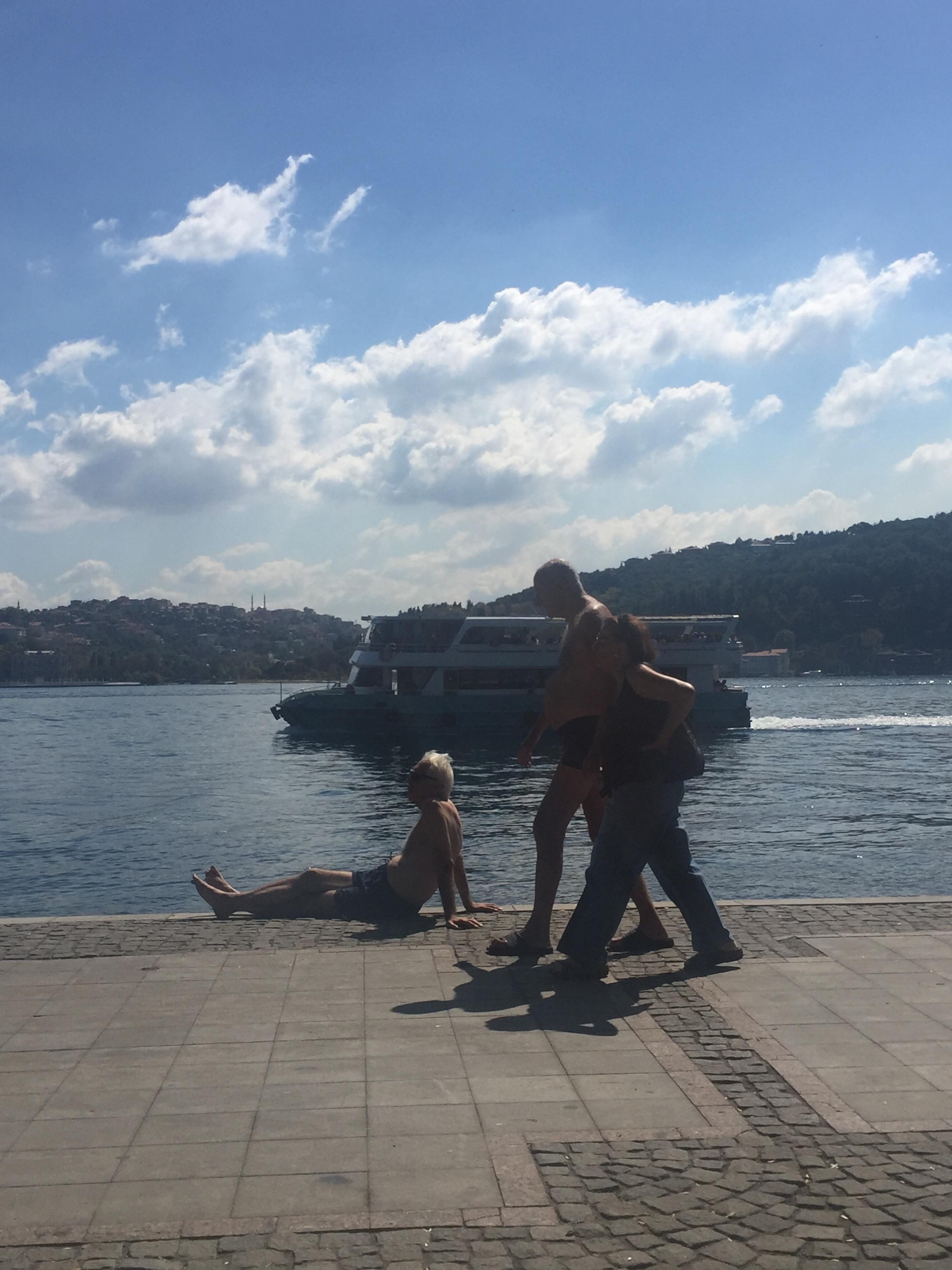 Bu hanımefendi eşini bir merdivenden bırakıyor, terlikleri eline alıp diğer merdivende karşılıyor.