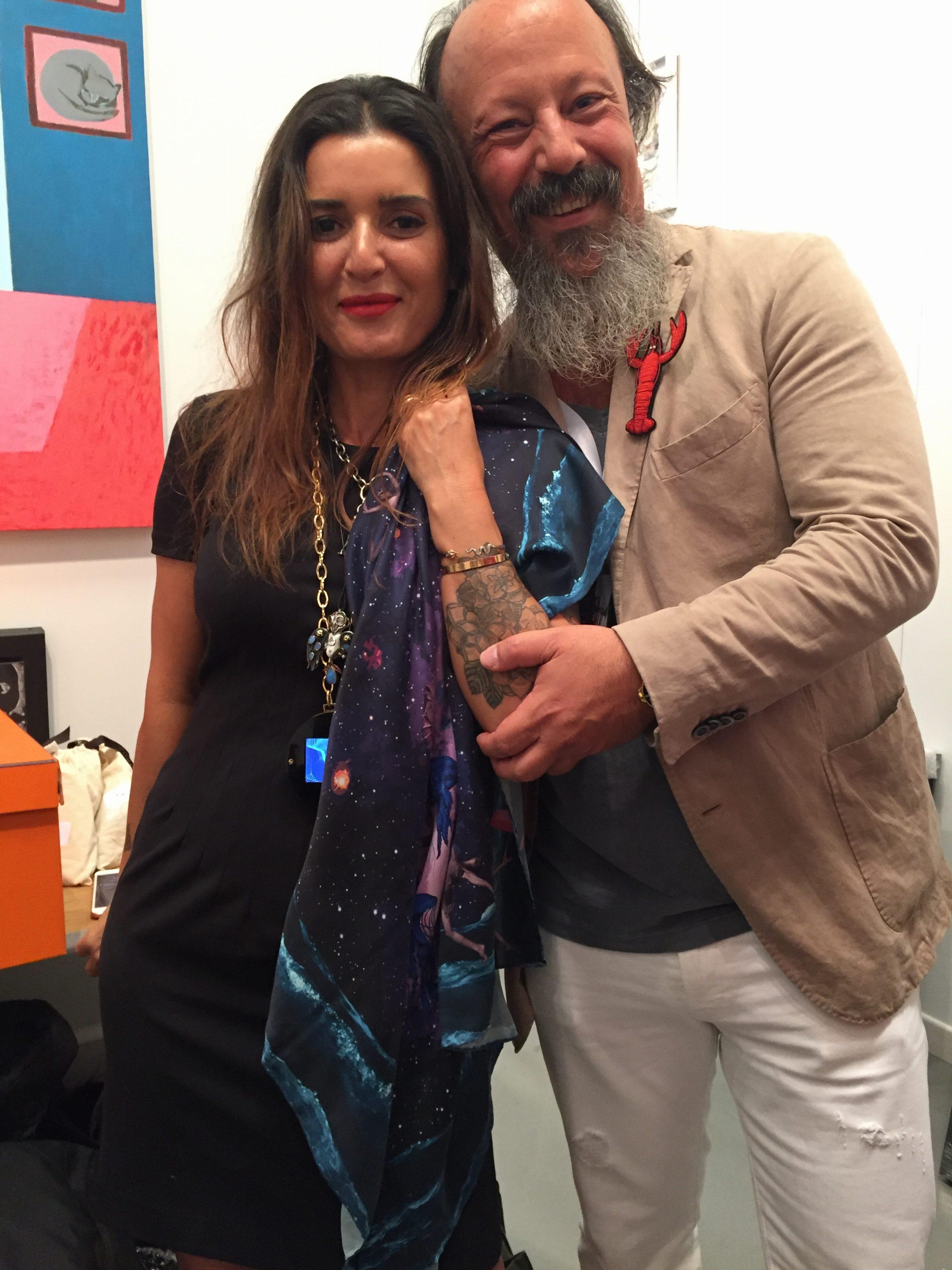 PG Gallery'nin sahibi Pırıl Güleşçi Arıkonmaz, fuar için tasarladıkları eşarp, kolyeler ve sanatçılarından Mehmet Kuran ile birlikte.
